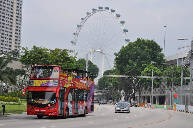 ônibus turísticos vermelhos hop-on, hop-off em Cingapura