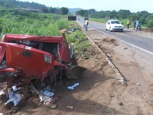 Choque entre caminhões mata uma pessoa e deixa outra gravemente ferida a BR 364