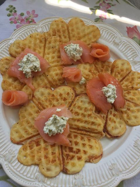 gofres de patata con salmón ahumado (y las mantas de primavera de mi madre)