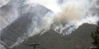 Πεντέλη: Καίγονται σπίτια στην Πεντέλη