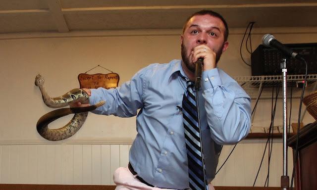 Kilisede Yılan Tutma (Snake Handling) Ritüeli!