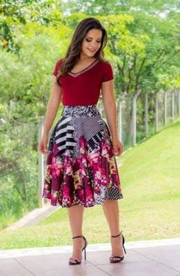 combinação de saia estampada com blusa