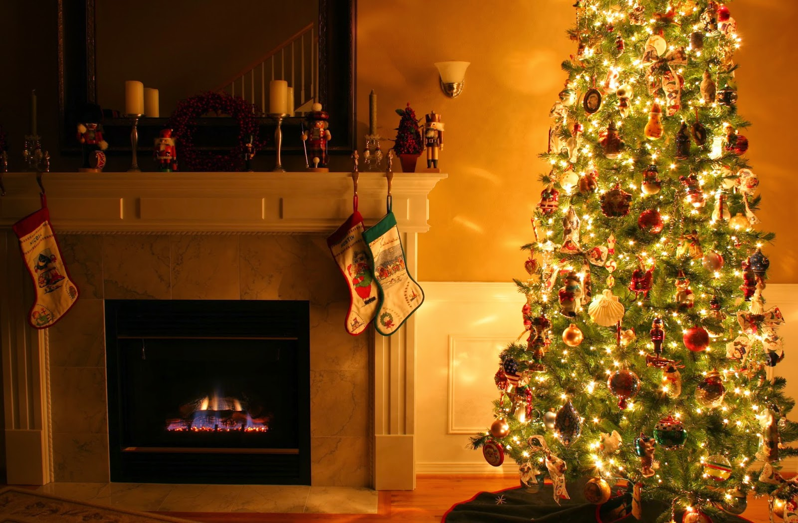 Simple-decoration-ideas-theme-for christmas-fireplace-with-fire-3455x2263.jpg