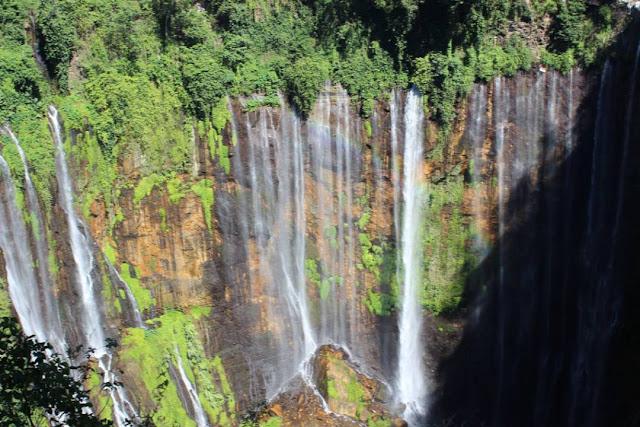 foto pemandangan air terjun tumpak sewu lumajang