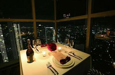 Dinner Romantis dengan Pasangan di Tengah Kota