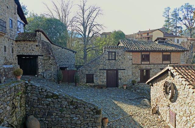 Bustamante-Prellezo con su capilla y los molinos junto al puente de San Cayetano.