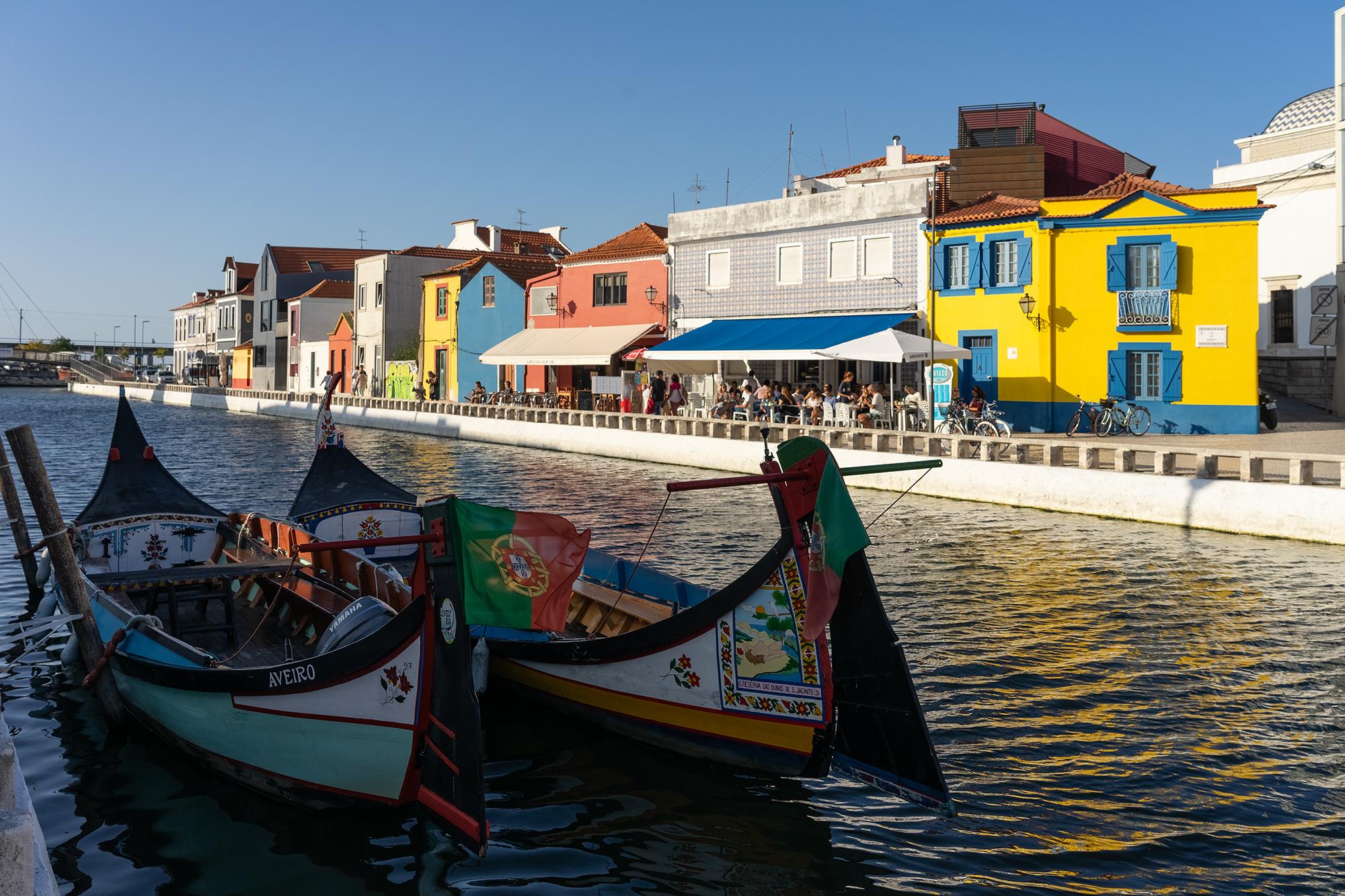 Canal de Botiroes en Aveiro, Portugal, con los típicos barcos moliceiros en primer plano y las casas de colores a lo largo del canal