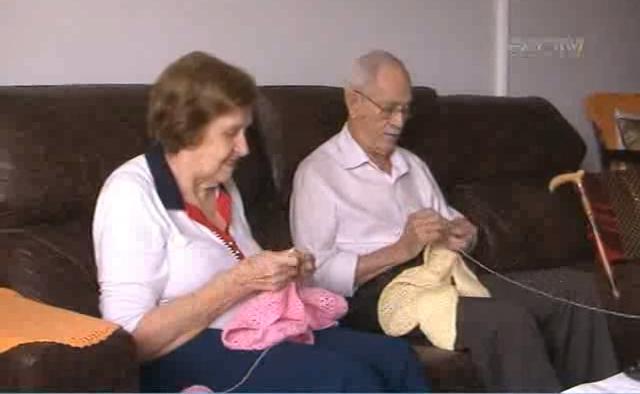 Casal de velhinhos faz roupas de crochê para bebês e doa a famílias carentes sem enxoval