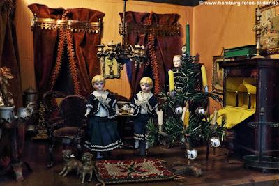 Puppenstube Weihnachten, historische puppenstube mit weihnachtsbaum