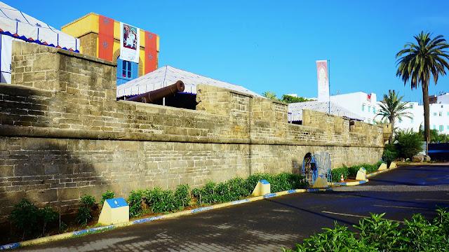 """Изображение стены форта """"Скала"""" в Касабланке на бульваре Альмоад"""