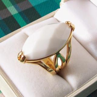 Anel dourado com pedra branca, aro 18