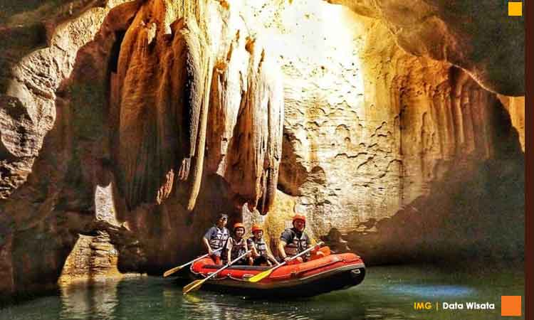 Stalagtit dan stalagmit gua pindul