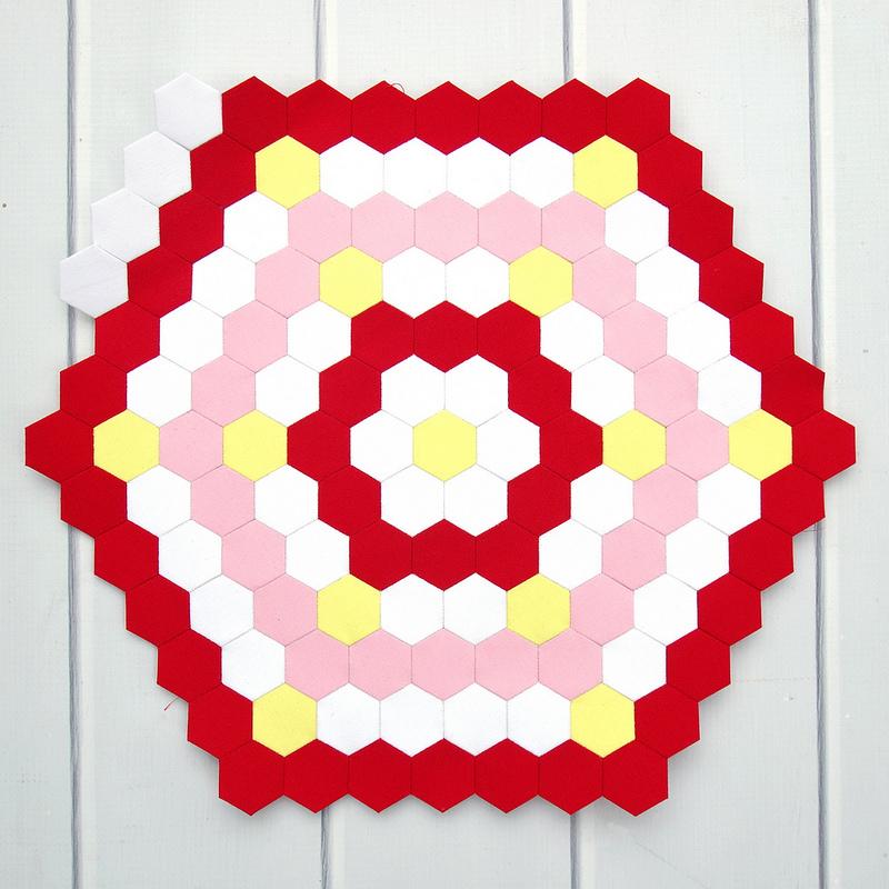 Robert Kaufman Kona Color of the Year - Highlight Hexagon Mini Quilt | © Red Pepper Quilts