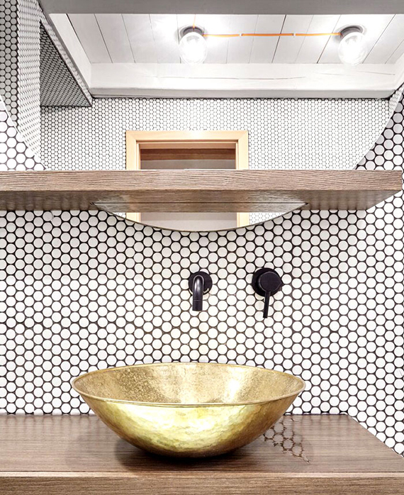 Contemporary bathroom with white penny tiles, design by Formafatal