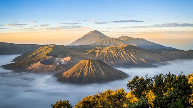 Indonesia nằm trong vành đai lửa Thái Bình Dương và là khu vực có núi lửa hoạt động mạnh nhất trên hành tinh. Quốc gia này có hơn 13% tổng số núi lửa đang hoạt động trên khắp thế giới. Với những người yêu thiên nhiên, yêu du lịch mạo hiểm, đây là cơ hội tuyệt vời để khám phá. Đến Indonesia, bạn có thể trekking đến các núi lửa nổi tiếng như Rinjani, Bromo và Batur.