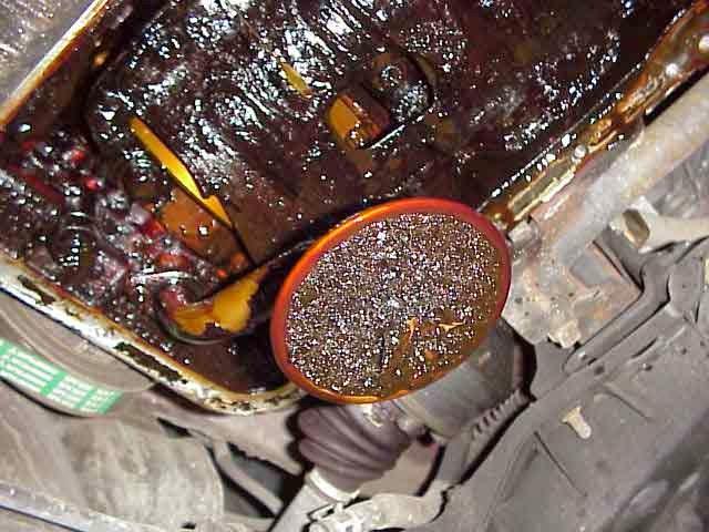 Nhớt bị khô cạn, các chất cặn bám vào động cơ xe