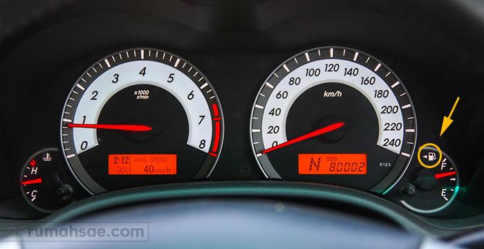 Cara Mengetahui Posisi Lubang Pengisian Bahan Bakar Mobil Melalui Panel Indikator BBM