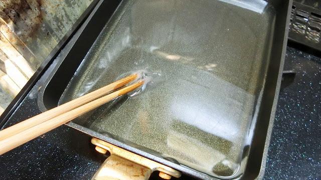 <中温>の目安。油の温度が170〜180℃の状態です。中まで火を通しながら外側を色よく仕上げるときに用いる事が多く、乾いた菜箸を入れてみたとき、細かい泡がシュワシュワッと上がってくる程度が温度の目安になります。