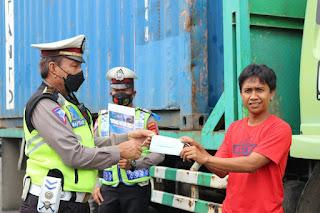Cegah Penyebaran Covid, Satlantas Polres Pelabuhan Makassar Bagikan Masker kepada Masyarakat