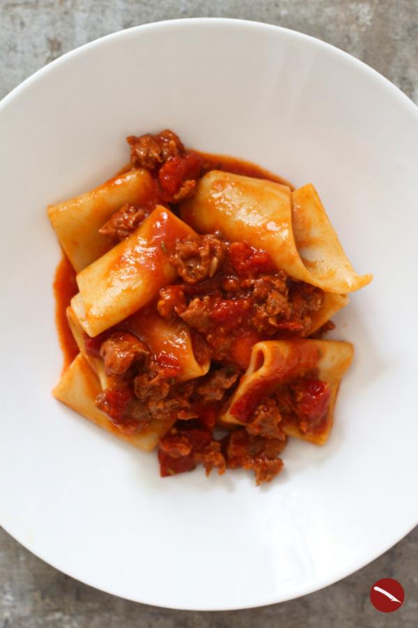 Was tun mit Gochujang-Paste? Zum Beispiel dieses köstliche Rezept für Salsicce-Ragout mit Tomaten und Paccheri kochen! Denn Gochujang ist das neue Miso! #rezept #pasta #tomatensauce #thermomix #gochujang #würzpaste #koreanisch #Bibimbab #soße #nudeln #spaghetti #paccheri #italienisch #kochen #familie #foodblog #arthurstochterkocht #tofu #chicken #selbermachen #pizza #hackfleischsoße #bolognese #einfach #salsicce #salsiccia #bratwurst #fleischbällchen