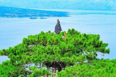 Sipintuangin Dolok Pardamean Panorama Indah Menatap Danau Toba