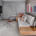 Sala de tv contemporânea cinza com toques de rosa, mix de texturas e frase dourada!