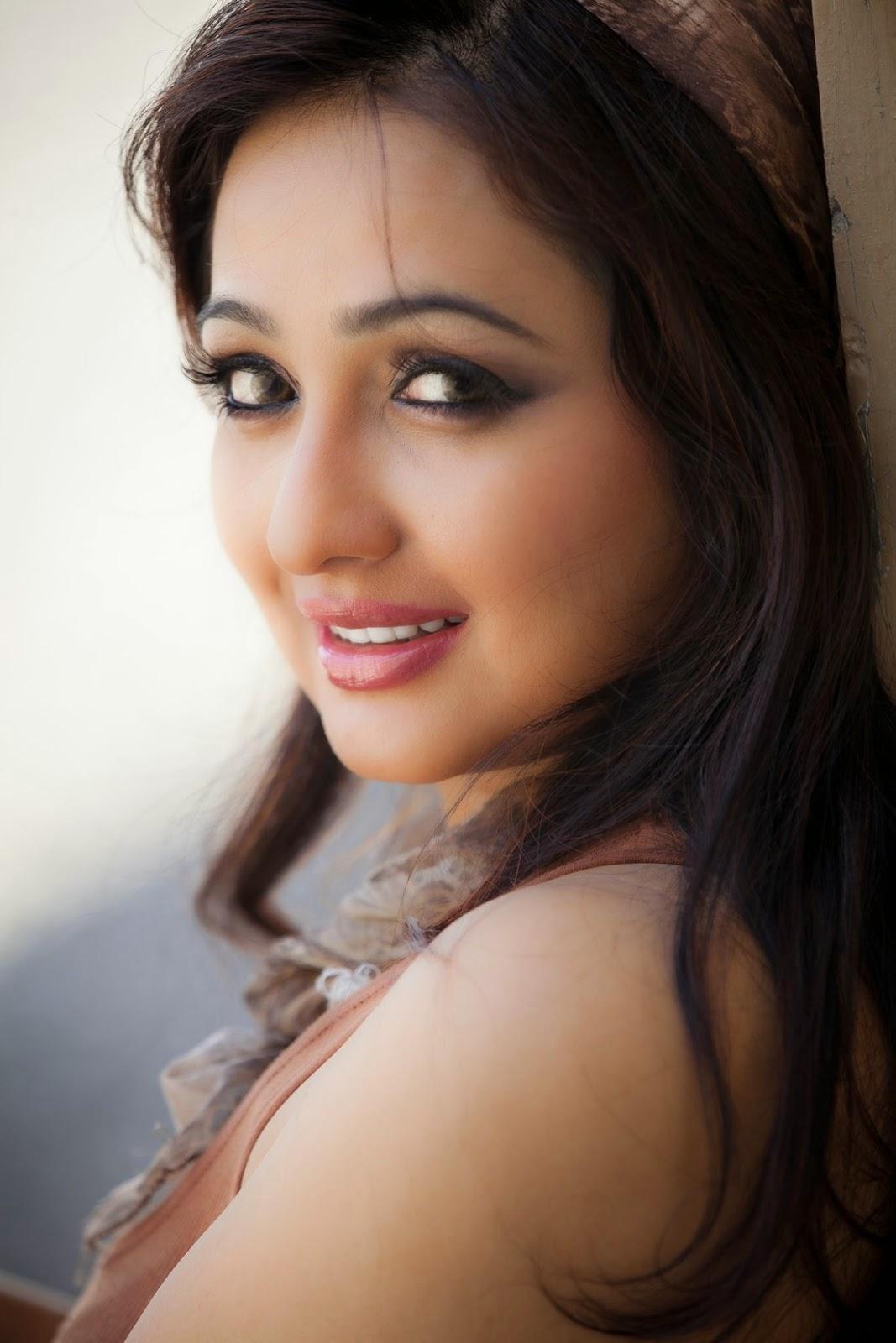 Actress Aavaana Stills Photos HD Wallpaper