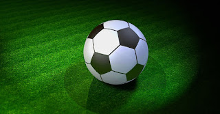 شكل كرة قدم مع خلفية بلون أخضر داكن