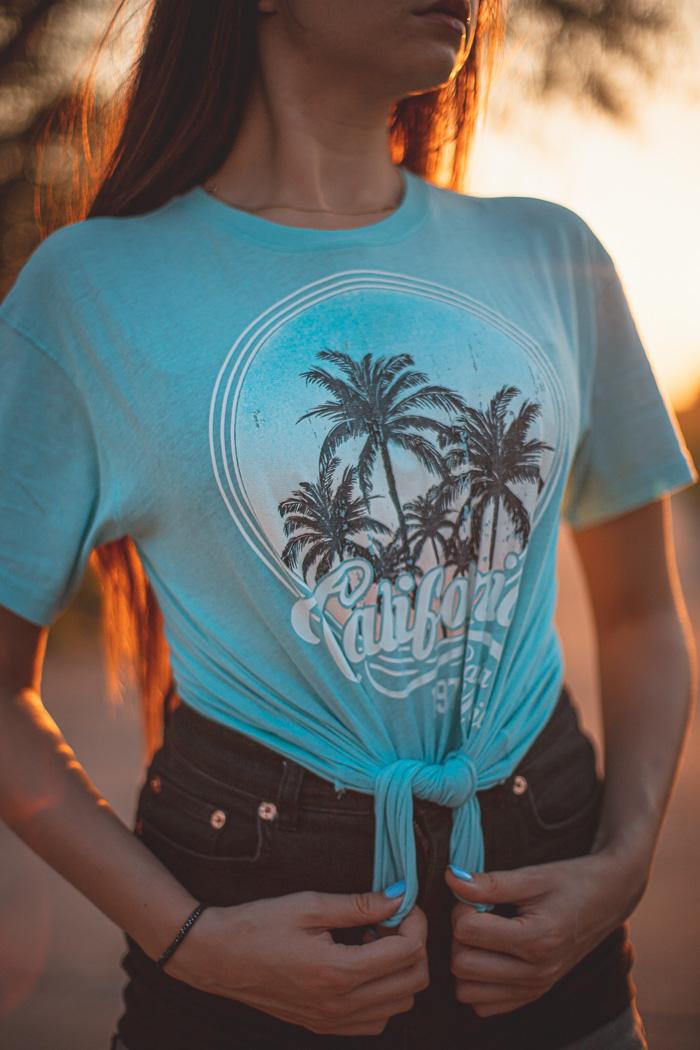 niebieska koszulka z palmami