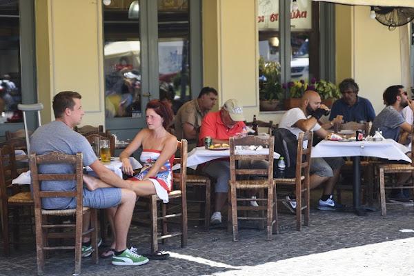 Λιγότερα άτομα από αύριο ανά τραπέζι σε καφετέριες, μπαρ, εστιατόρια και ταβέρνες