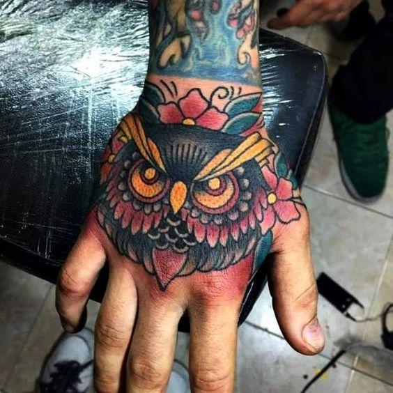 tatuagem masculina na mão fechada no braço masculino desenho