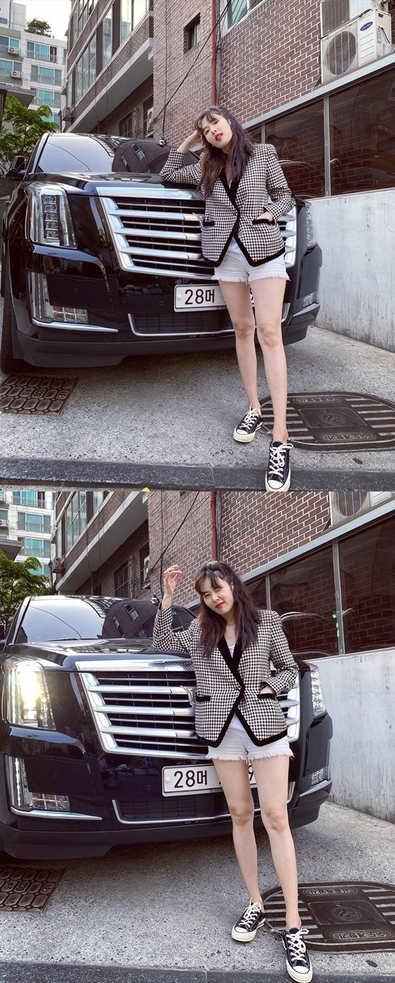 Singer Hyuna showed off her extraordinary beauty in front of Luxury Car on her latest Instagram Update!