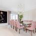 Sala de jantar contemporânea com detalhes clássicos e cadeiras rosas!