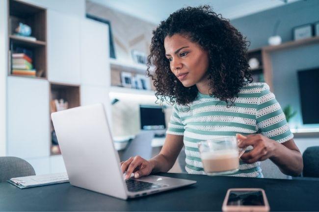 Mulher trabalhando em casa de seu home office