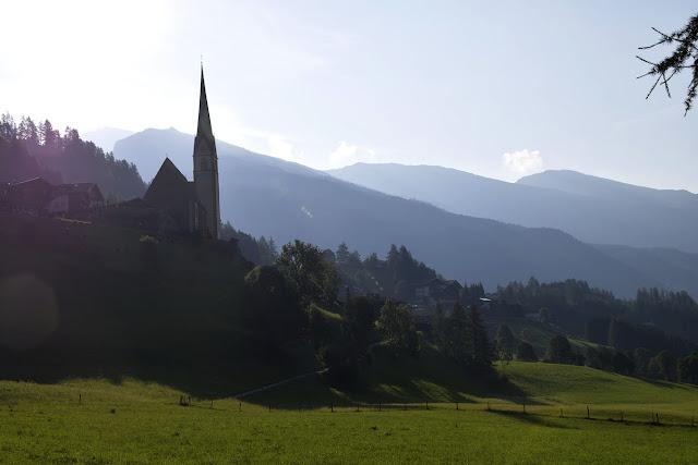 iglesia de san vicente desde el valle con atardecer de fondo