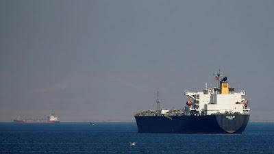 كيف غرقت سفينة بترول مصرية في البحر الأحمر!
