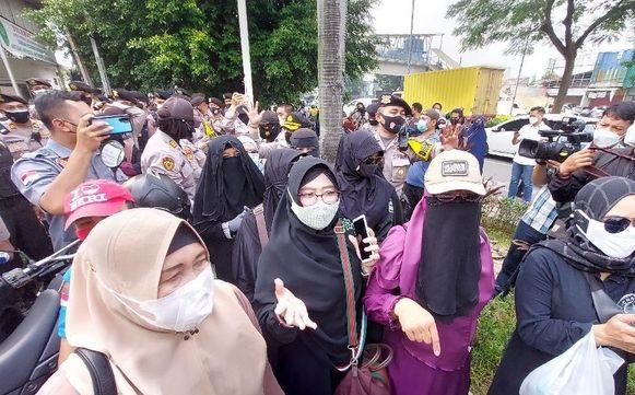 Selalu Setia! Barisan Ibu-ibu Pendukung Habib Rizieq Shihab Penuhi PN Jaktim
