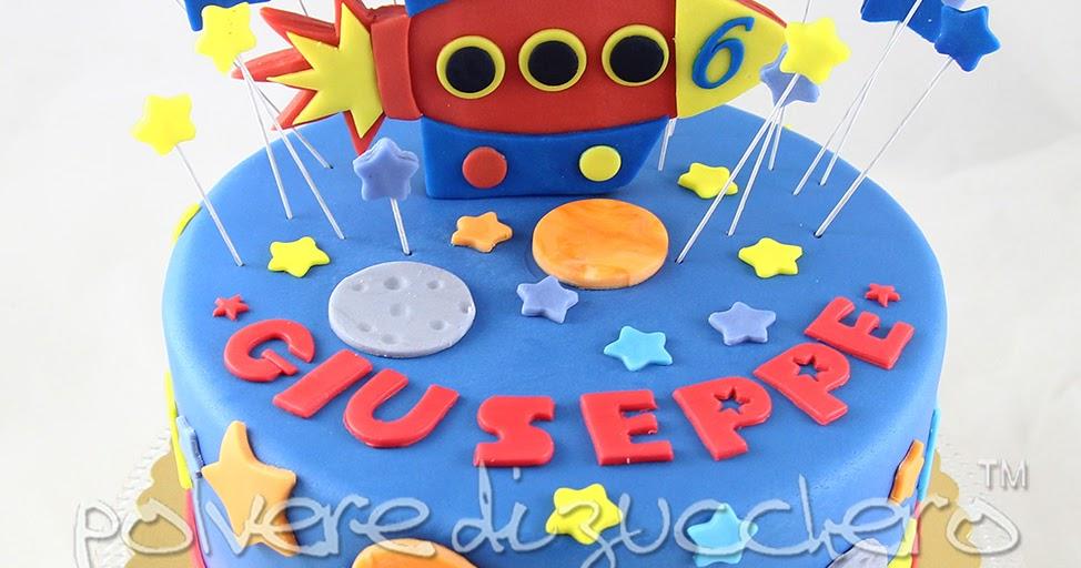Torta decorata a tema spazio per un compleanno: navicella, stelle e pianeti in pasta di zucchero