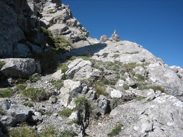 Rutas Montaña Asturias: Jito subiendo la torre de Peña Ubiña Pequeña