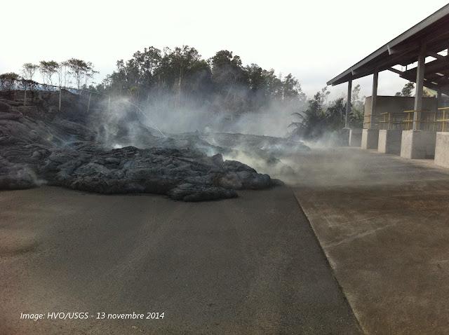 Front de coulée pahoehoe de l'éruption du volcan Kilauea dans la déchetterie de Pahoa,13 novembre 2014