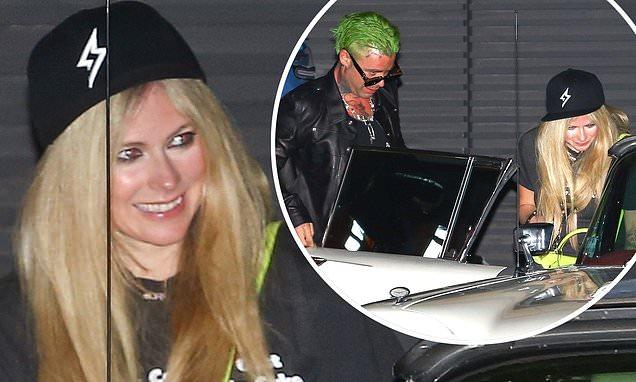 Avril Lavigne y Mod Sun lucen como la realeza Punk Rock en un Cadillac Coupe DeVille