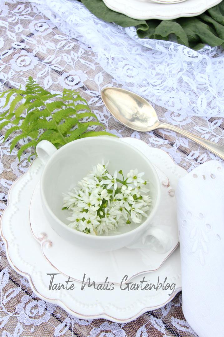 frühlingshafte Tischdekoration mit Bärlauch