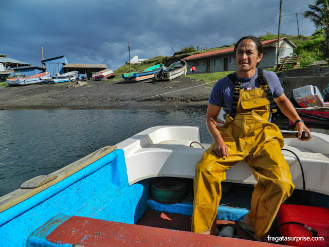 Carlos Teao, mergulhador Rapa Nui que oferece passeios de barco aos motu da Ilha de Páscoa