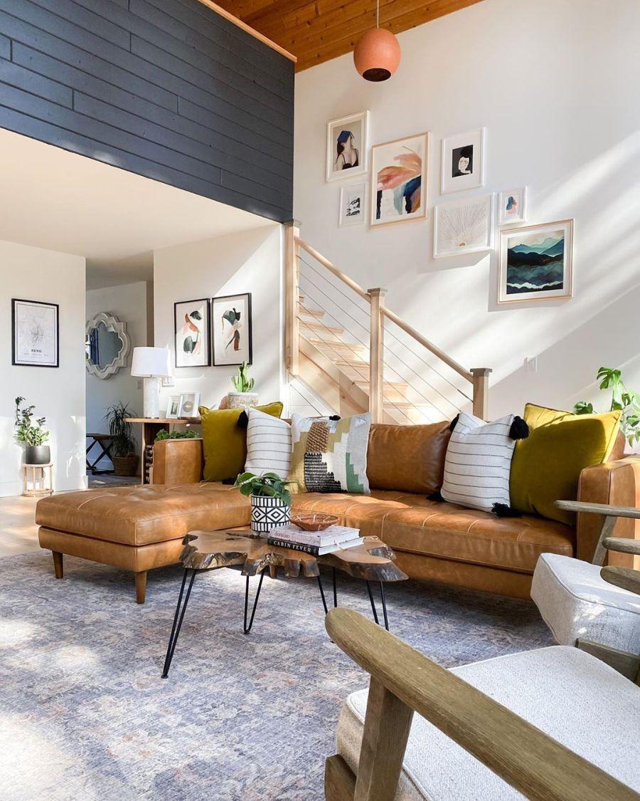 Dom wypełniony światłem, wystrój wnętrz, wnętrza, urządzanie domu, dekoracje wnętrz, aranżacja wnętrz, inspiracje wnętrz,interior design , dom i wnętrze, aranżacja mieszkania, modne wnętrza, home decor, styl klasyczny classy style, styl Hamptons, open space, otwarta przestrzeń, otwarty plan, salon, pokój dzienny, living room, duże okna, big windows, narożnik, kanapa, sofa, dywan, drewniany stolik kawowy, schody, galeria, plakaty, posters,