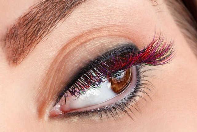 Memilih Warna Untuk Riasan Mata - 8 Tip Cara Memakai Maskara Berwarna Agar Tidak Tebal dan Menggumpal