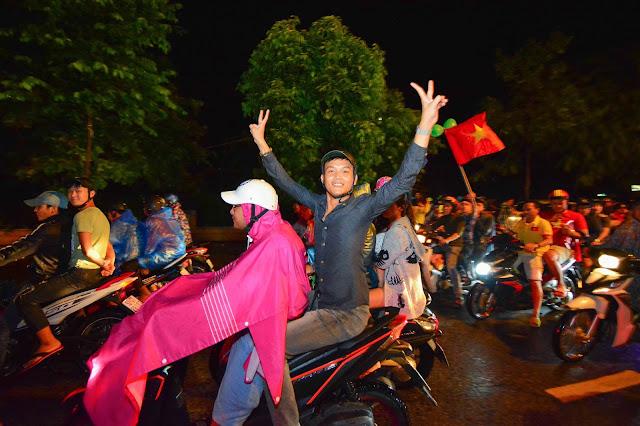 Người Hội An 'đội mưa' cổ vũ tuyển Việt Nam thi đấu AFF Cup 2018