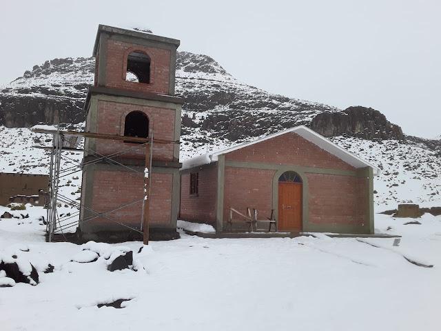 Es schneite in der Nacht. So müssen auch die Arbeiten an der Kapelle in Kollpani ruhen. Kalt es auch geworden. Es sind nur 12 Grad im Schlafzimmer.