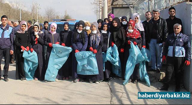 """DİYARBAKIR-Diyarbakır'ın Silvan ilçesinde Türk Telekom Kız Anadolu İmam Hatip Lisesi öğrencileri, danışman öğretmenleriyle birlikte """"Temiz Silvan İçin El Ele"""" ve """"Fakir Ailelere Gıda Yardımı"""" projelerini başlattılar."""