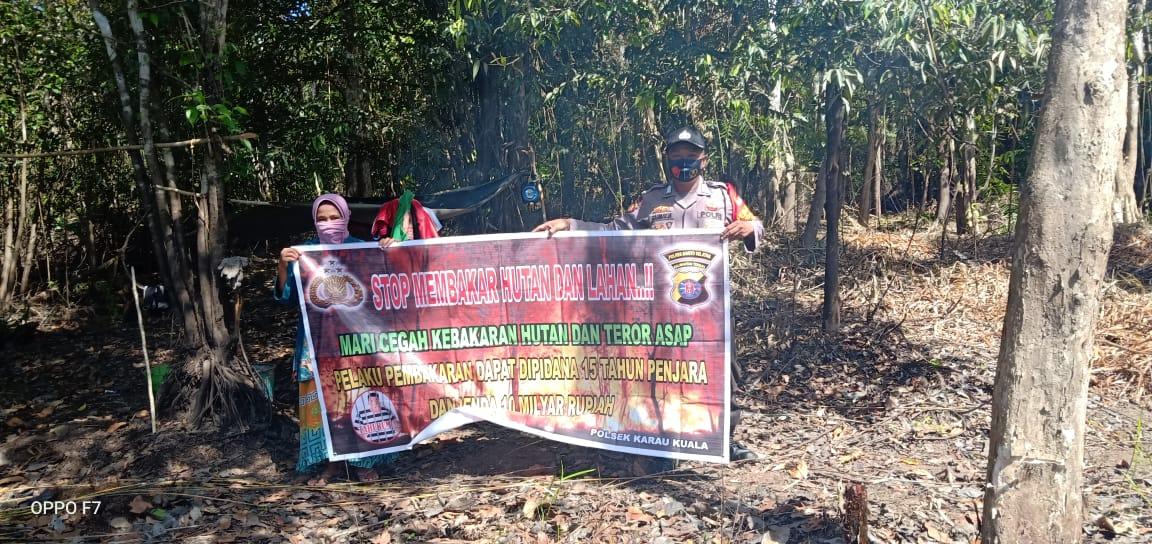 Melalui Spanduk, Kasihumas Polsek Karau Kuala Ajak Masyarakat Cegah Karhutla