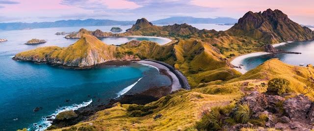 Trải dài trên đường xích đạo, có nhiều kỳ quan thiên nhiên và tập trung các cộng đồng dân tộc, Indonesia sở hữu những vẻ đẹp riêng biệt. Ngắm rồng Komodo, bơi cùng sứa hay đấu vật dưới bùn là những hoạt động bạn nên thử khi tới với đất nước vạn đảo.